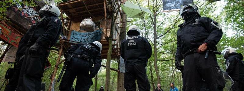 Polizisten unter Baumhäusern - Foto: Marius Becker