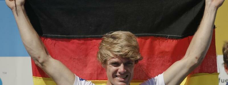 Sieger - Foto: Jason Osborne (l) freut sich über seinen Sieg in der nichtolympischen Klasse im leichten Einer. Foto:Darko Vajinovic/AP