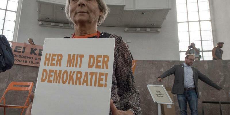 Attac-Aktivisten besetzen Paulskirche - Foto: Boris Roessler