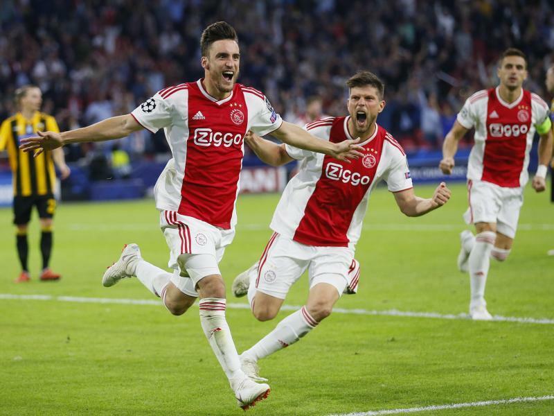 Ajax Amsterdam - AEK Athen - Foto: Torschütze Nicolas Tagliafico (l) feiert mit Klaas Jan Huntelaar (r) den Treffer zum 1:0 für Ajax Amsterdam gegen AEK Athen. Foto:Peter Dejong/AP