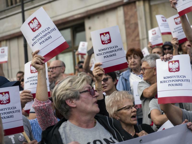 Protest gegen Zwangspensionierung von Richtern in Polen - Foto: Attila Husejnow/SOPA Images/ZUMA Wire