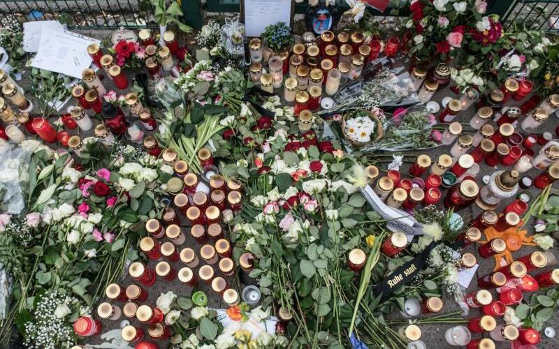 Blumen und Kerzen - Foto: Paul Zinken