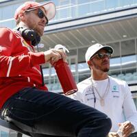 Rivalen - Foto: Sebastian Vettel (l) hofft noch immer in der Formel 1 seinen Rivalen Lewis Hamilton einholen zu können. Foto:Pavel Golovkin/AP