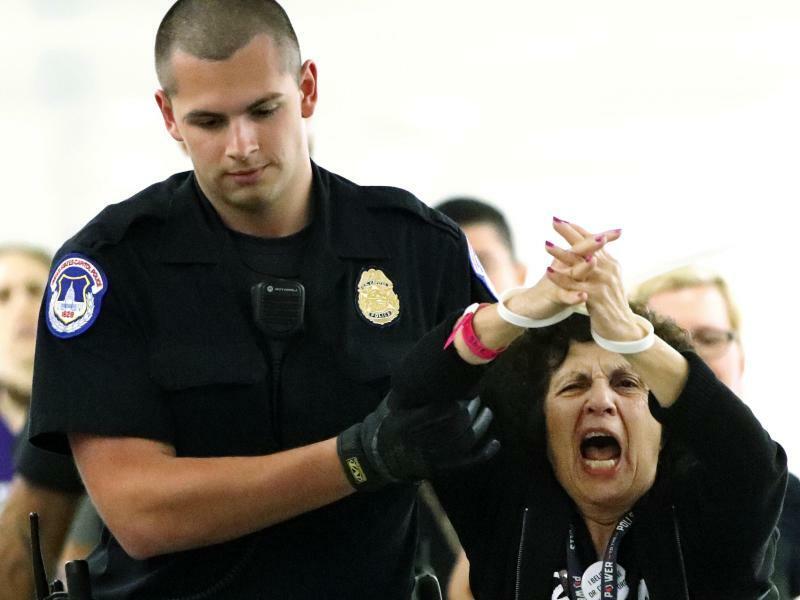 Protest beendet - Foto: Meinungsäußerung:Eine Frau, die gegen den umstrittenen Supreme-Court-Kandidaten Kavanaugh protestiert, wird in der Nähe des US-Justizausschusses abgeführt. Foto:Jacquelyn Martin/AP