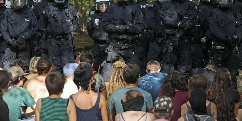 Hambacher Forst - Foto: Aktivisten im Hambacher Forst vor einer Polizeikette. Foto:Oliver Berg/Archiv