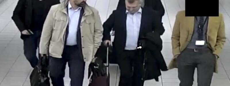 Ausgewiesen - Foto: Aufgeflogen, ausgeflogen:Die ausgewiesenen russischen Spione auf dem Weg zu ihrem Flug. Foto:Dutch Defense Ministry