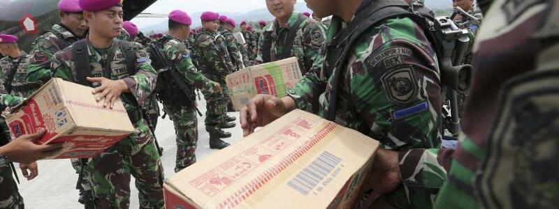 Verladung - Foto: Indonesische Soldaten helfen am Flughafen Mutiara Sis Al-Jufri bei der Verteilung von Hilfsgütern. Foto:Tatan Syuflana/AP