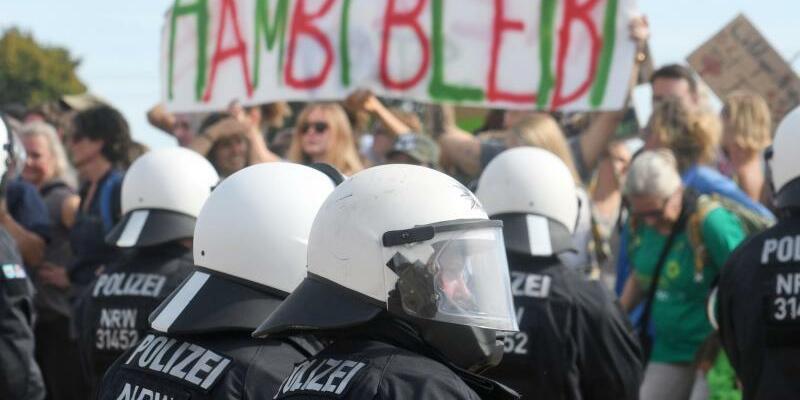 Hambacher Forst - Foto: Konfrontation im Hambacher Forst. Foto:Henning Kaiser