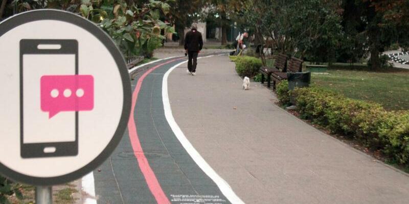 Bürgersteig-Spur für Smartphone-Nutzer - Foto: Alexander Welscher