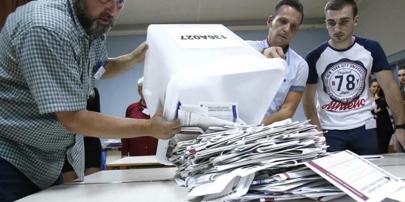 Bosnische Wahlhelfer - Foto: Amel Emric/AP