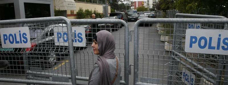 Istanbul - Foto: Eine Frau wartet an einer Absperrung am saudi-arabischen Konsulat in Istanbul. Foto:
