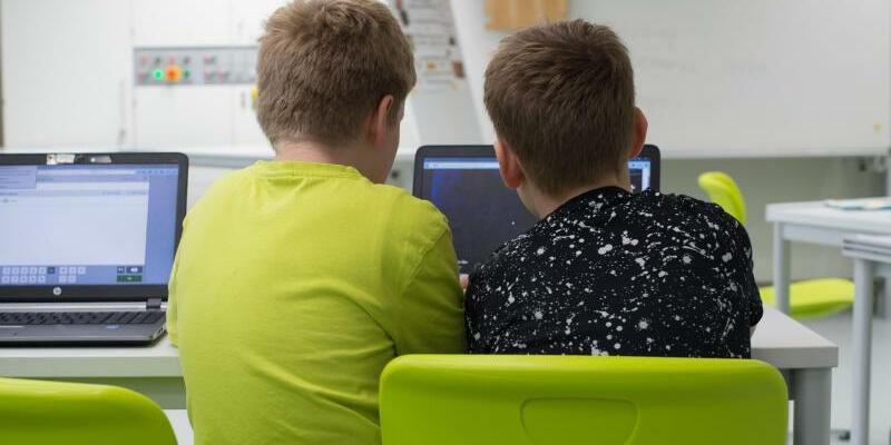 Schüler mit Laptop - Foto: Sebastian Kahnert