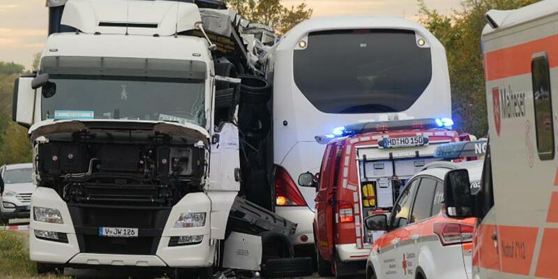 Reisebus kollidiert mit Sattelzug - Foto: R.Priebe /Pr-Video