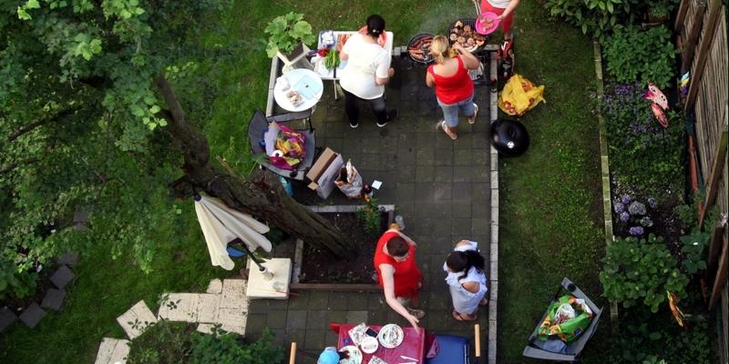 Nachbarn grillen im Hinterhof - Foto: über dts Nachrichtenagentur