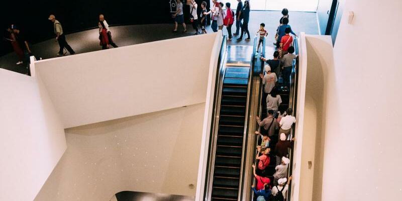 Weltgrößtes Kulturzentrum - Foto: Besucher fahren nach der Eröffnung des weltweit größten Zentrums für darstellende Künste unter einem Dach in der südtaiwanesischen Hafenstadt Kaohsiung auf einer Rolltreppe nach oben. Der Komplex hat eine überdachte Fläche von 141 000 Quadratmetern - sovi