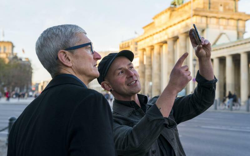 Tim Cook am Brandenburger Tor - Foto: Brooks Kraft/Apple