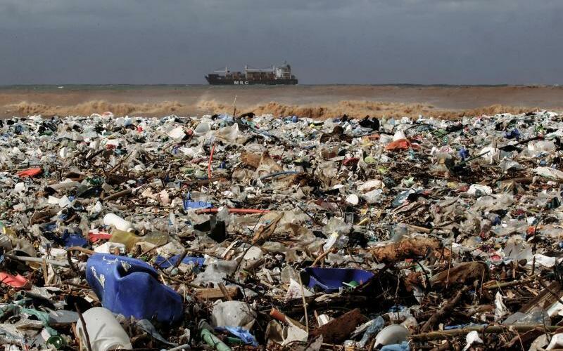 Plastikmüll am Mittelmeerstrand - Foto: Marwan Naamani