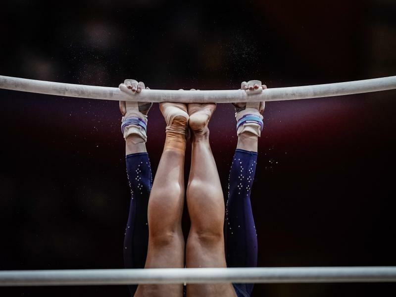 Kopfüber - Foto: Die BritinRebecca Downie zeigt bei den Weltmeisterschaften der Turner in Doha ihre Fertigkeiten am Stufenbarren. Foto:Ulrik Pedersen, CSM via ZUMA Wire