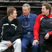 Charles, Harry & William - Foto: Prinz Charles mit seinen Söhnen Harry (l) und William 2005 beim Skiurlaub in Monbiel nahe dem Schweizer Ferienort Klosters. Foto:Arno Balzarini/Keystone/EPA