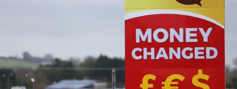 Wechselstube - Foto: Werbetafel einer Wechselstube zum Tausch von Pfund und Euro an der Grenze zwischen der Republik Irland und der britischen Region Nordirland. Foto:Brian Lawless/PA Wire