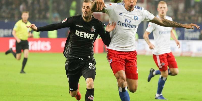 Hamburger SV - 1. FC Köln - Foto: Hamburgs Leo Lacroix und Kölns Dominick Drexler (l) im Duell um den Ball. Foto:Christian Charisius