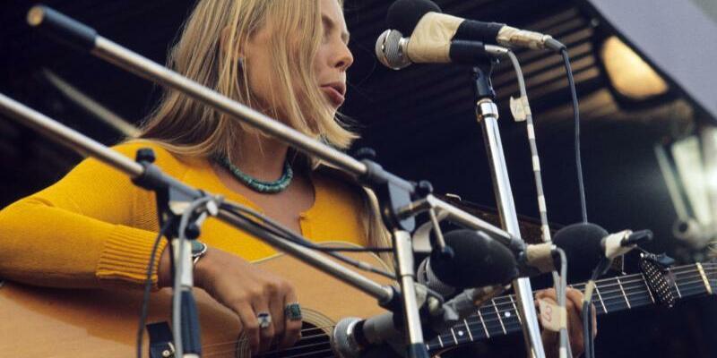 Joni Mitchell - Foto: Joni Mitchell 1970 beim legendären Isle Of Wight Festival. Foto:UPI