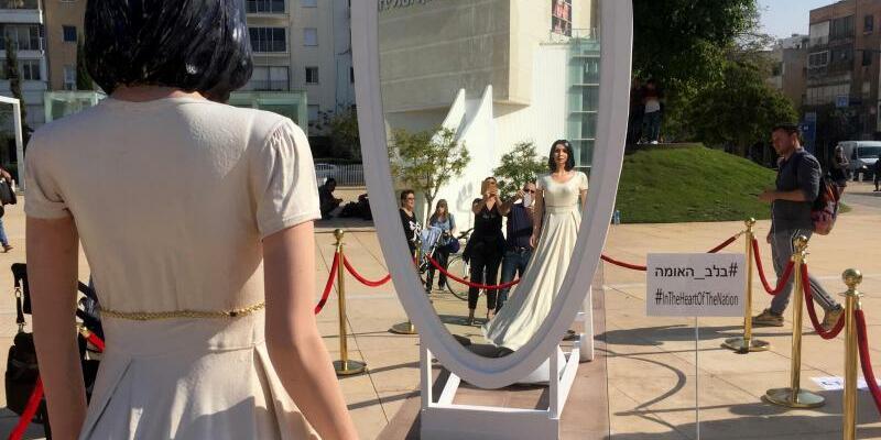 Protest mit Miri Regev Statue - Foto: Sarah Sendner