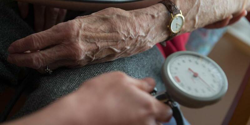 Pflege - Foto: In der Alten- und Krankenpflege sind rund 35.000 Stellen für Fachkräfte und Helfer unbesetzt. Foto:Marijan Murat