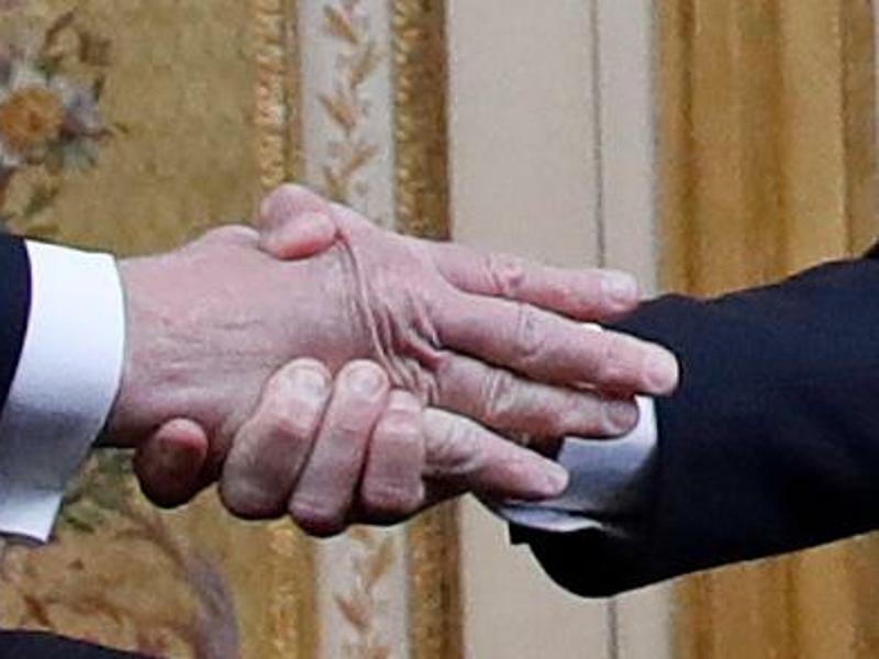Verkrampfter Handschlag - Foto: Jacquelyn Martin/AP