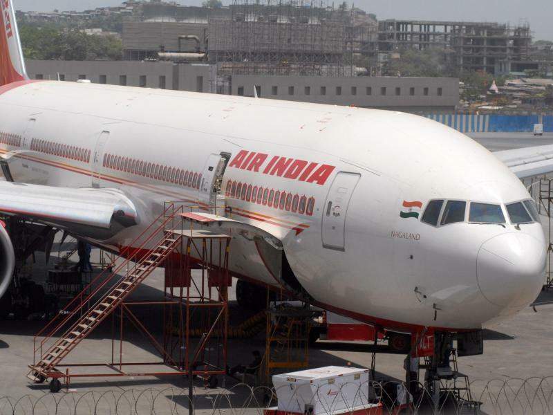 Air India - Foto: Air India-Jet in Mumbai:Ein angetrunkener Pilot fiel kurz vor dem Start durch einen ALkoholtest. Foto:Divyakant Solanki/EPA