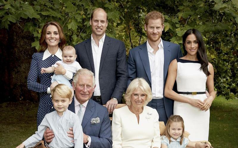 Geburtstag Prinz Charles - Foto: Prinz Charles (vorne l) in den Gärten des Clarence House gemeinsam mit Camilla (vorne r), Herzogin von Cornwall, Prinz William (hinten 2.v.l), Kate (hinten l), Herzogin von Cambridge, deren Kindern Prinz George, Prinzessin Charlotte, Prinz Louis, sowie Pr