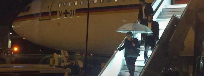 Merkel verlässt Flugzeug - Foto: Jörg Blank