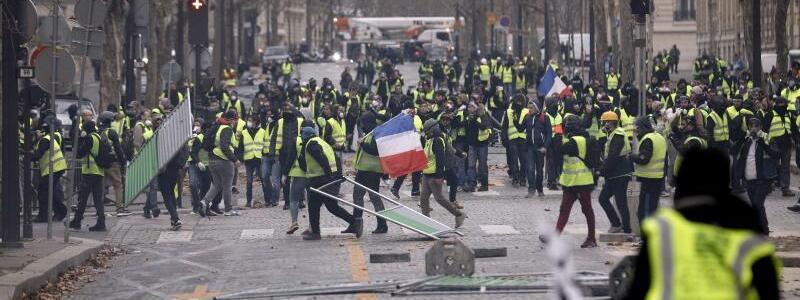 «Gelbwesten» versammeln sich an Champs-Élysées - Foto: Kamil Zihnioglu/AP