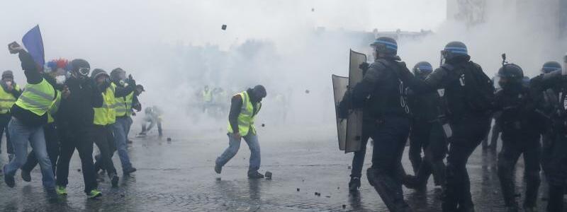 Auseinandersetzungen am Arc de Triomphe - Foto: Thibault Camus/AP