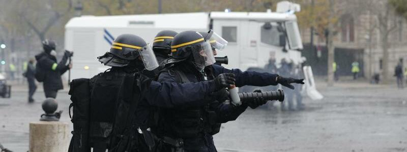 Polizisten im Einsatz - Foto: Kamil Zihnioglu/AP