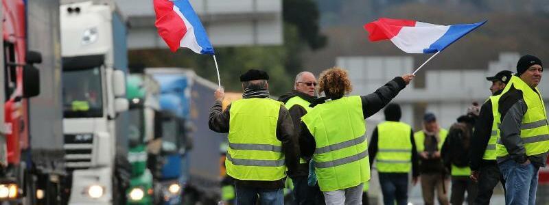 «Gelbwesten» blockieren Autobahn - Foto: Bob Edme/AP