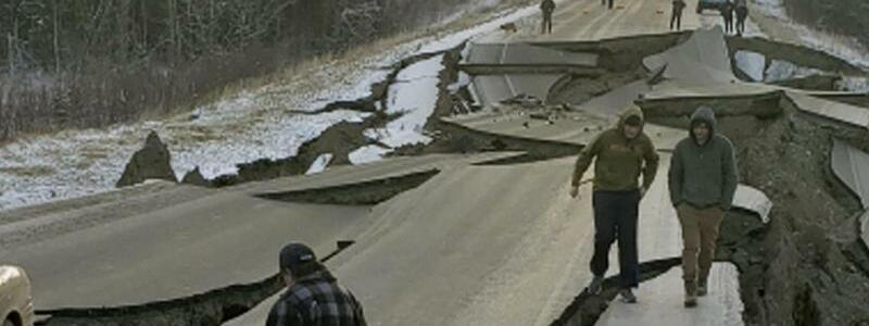 Zerstörte Straße - Foto: Kein Durchkommen: Anwohner betrachten eine zerstörte Straße bei Wasilla. foto: Jonathan M. Lettow