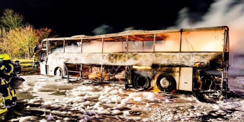 Reisebus brennt aus - Foto: Dennis Altenhofen/Wiesbaden112