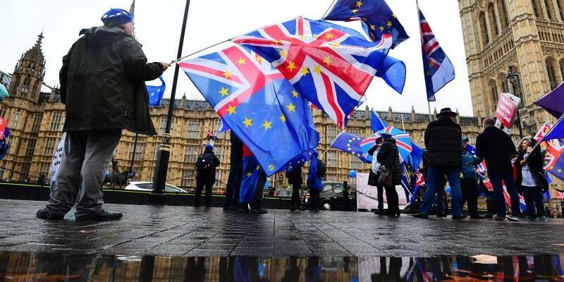 Anti-Brexit-Protest in London - Foto: Demonstranten protestieren mit EU-Fahnen und der Nationalflagge des Vereinigten Königreichs vor dem Parlament in London gegen den Brexit. Foto:Victoria Jones/PA Wire