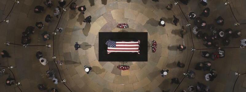 Vor dem Staatsbegräbnis - Foto: Morry Gash/AP Pool