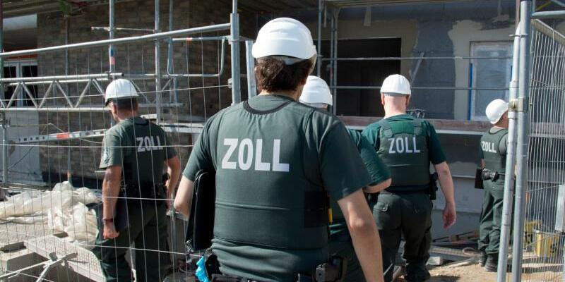 Zoll sucht nach Schwarzarbeitern - Foto: Boris Roessler