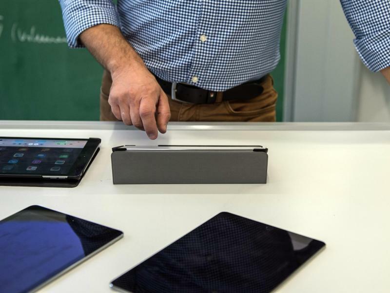 Lehrer mit Tablet - Foto: Wolfram Kastl/Illustration