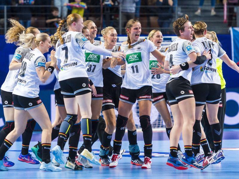 Jubel - Foto: Die deutschen Spielerinnen feiern nach dem Abpfiff den Sieg über Tschechien. Foto:Marco Wolf/wolf-sportfoto