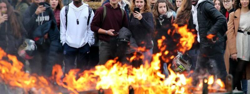 Brennende Mülltonne - Foto: Bob Edme/AP
