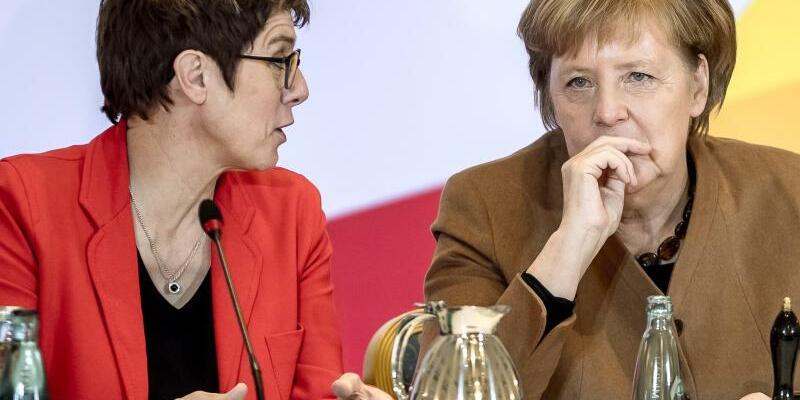 Kramp-Karrenbauer und Merkel - Foto: Michael Kappeler