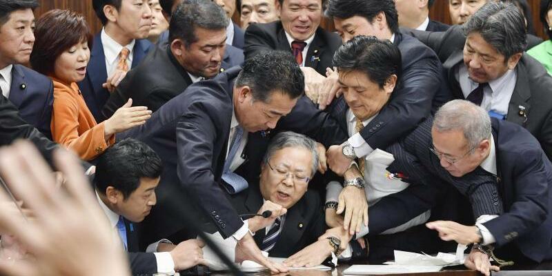 Gerangel im Parlament - Foto: Yoshitaka Sugawara/Kyodo News/AP
