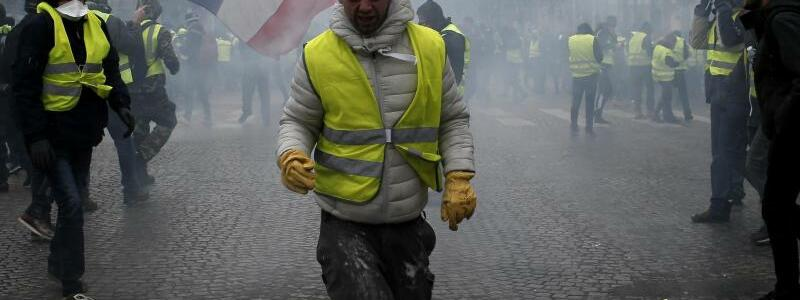 Flucht - Foto: Demonstranten flüchten vor dem Tränengasnebel. Foto:Rafael Yaghobzadeh/AP