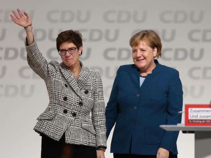 CDU-Bundesparteitag - Foto: Bundeskanzlerin Angela Merkel gratuliert Annegret Kramp-Karrenbauer zur Wahl als neue CDU-Vorsitzende. Foto:Christian Charisius
