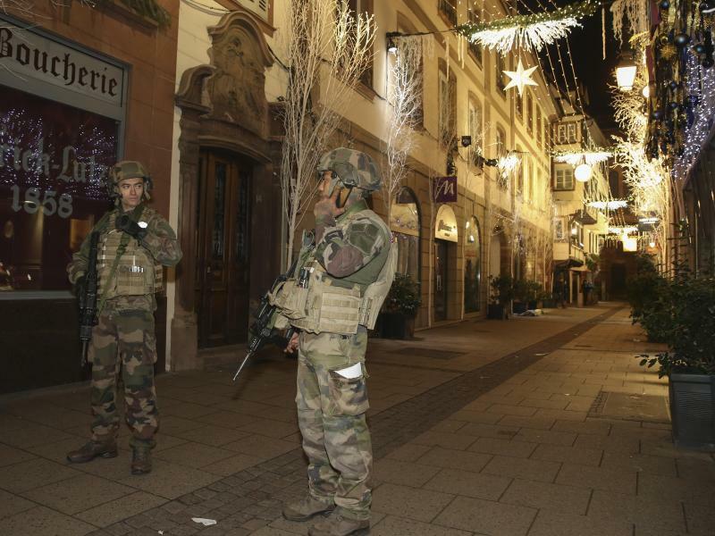Soldaten sichern Straßburger Weihnachtsmarkt - Foto: Ye Pingfan/XinHua