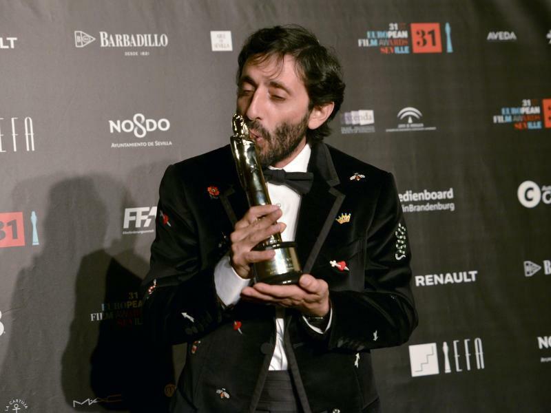 Ausgezeichnet - Foto: Marcello Fonte aus Italien küsst seine Trophäe für den besten Schauspieler bei der Verleihung des 31. Europäischen Filmpreises in Sevilla. Er wurde ausgezeichnet für seine Rolle als Hundefriseur in «Dogman», der in die Machenschaften eines Kriminellen ver